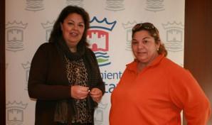 Gullón, ha entregado hoy a la presidenta de la asociación, Guadalupe Camacho, las llaves del local al donde se podrá contribuir en la campaña de ayuda.