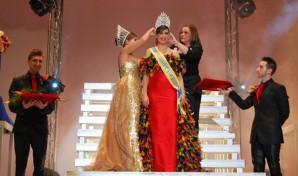 La alcaldesa de Isla Cristina corona a la reina juvenil del Carnaval 2014