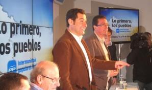 Moreno, acompañado en este acto por el presidente del PP de Huelva, Manuel Andrés González;