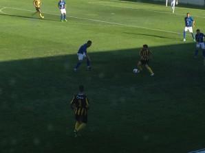 Tano controla el balón en un instante del partido.