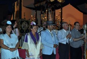 La Alcaldesa islen~a junto al Alcalde de la Redondela, el Hermano Mayor y el Rvdo Padre Eduardo Moreno junto a la Virgen