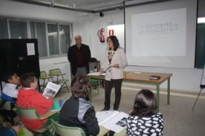 La Concejala de Educación, Mª del Carmen Beltrán, explica en clase la importancia del periódico local La Higuerita