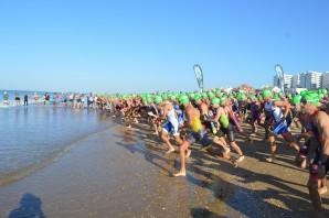 Inicio de la prueba de natación del triatlón de Punta Umbría.