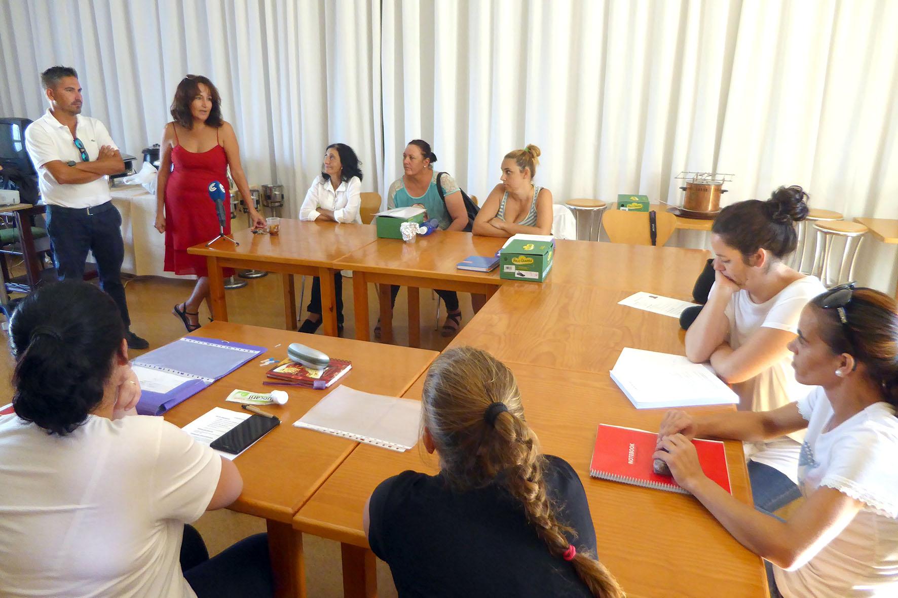 Diez mujeres participan en el curso de pinche de cocina - Test pinche de cocina ...