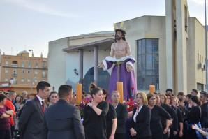 El Cristo de la Humildad portado por las costaleras de la Virgen del Mar