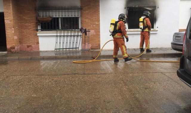 La Guardia Civil y la Policía Local de Isla Cristina salvan a una persona de un domicilio en llamas