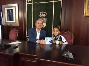La joven patinadora Lucía Gil recibe un homenaje en el Ayuntamiento de Lepe