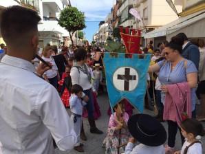Niños de Punta Umbría procesionan a la Santa Cruz
