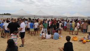 Cientos de personas disfrutan de la sardiná de los hermanos mayores