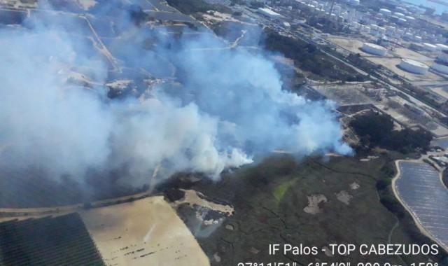 El Infoca combate un incendio en Palos
