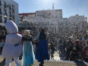 Las precampanadas Fin de Año traen la nieve a Isla Cristina