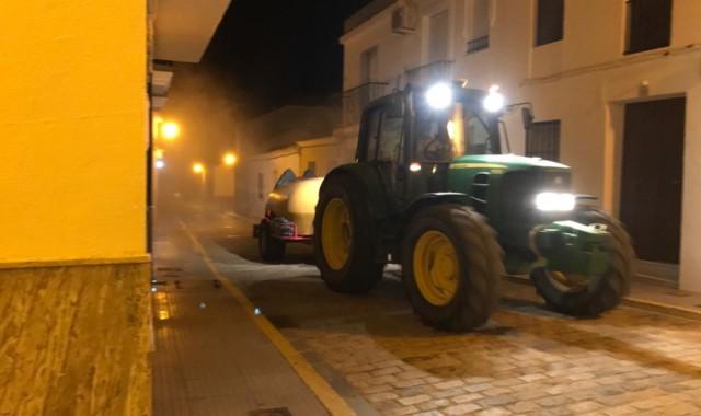 El sector agrícola desinfecta Trigueros con atomizadores