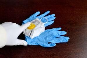 La Guardia Civil requisa 50.000 guantes de un almacén de peluquería en Lepe