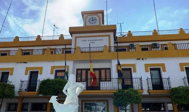 Las banderas lucen a media asta en el Ayuntamiento de Aljaraque
