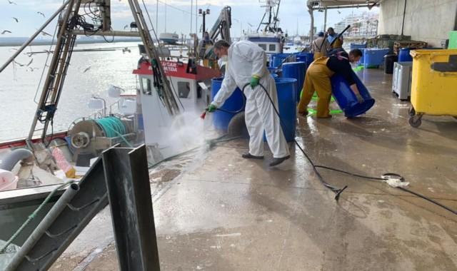 El Ayuntamiento de Punta Umbría fumiga el puerto y las proximidades de la lonja