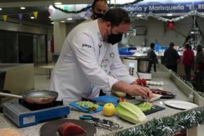 El chef Ángel Rivas imparte una sesión de Show Cooking en el Mercado de Abastos de Cartaya