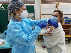 Trabajadores y usuarios de Aprosca reciben la primera dosis de la vacuna