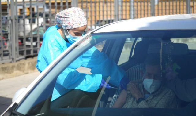 Comienza la vacunación a los vecinos de la Costa Occidental mayores de 80 años